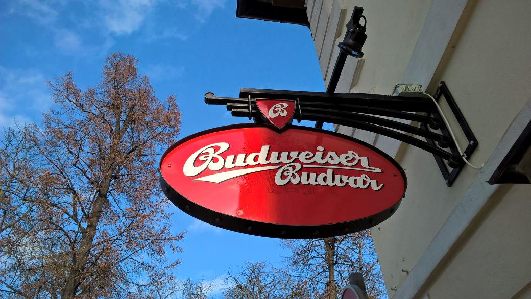Známé logo Budějovického Budvaru - zavěšené na stěně restaurace