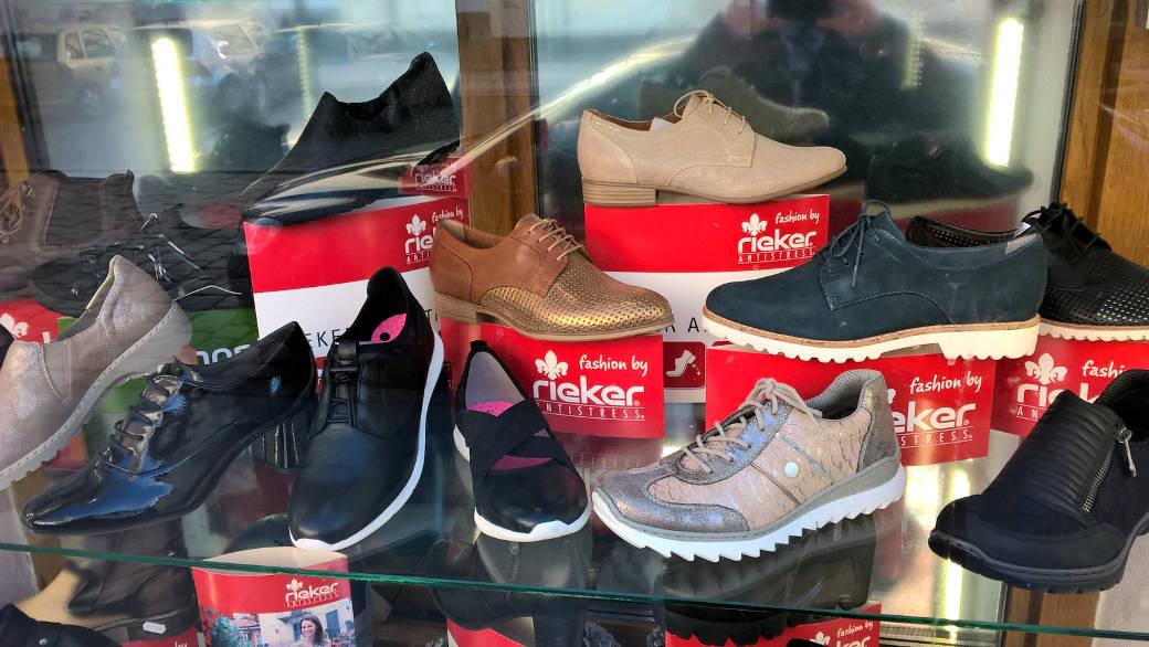 Rieker - značka obuvi. Červená.