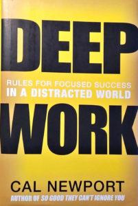 Pro změnu způsobu práce, který přinese více klidu, doporučuji také knihu Deep Work (česky vyšlo jako Hluboká práce)