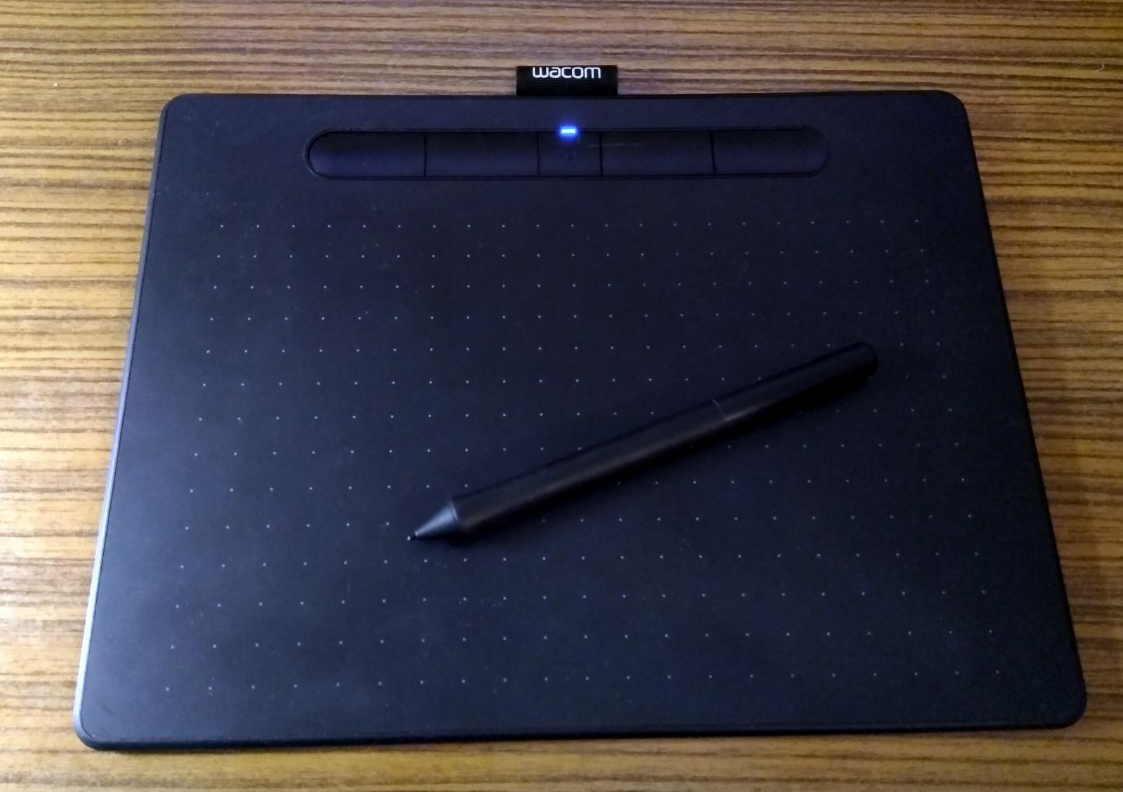 Grafický tablet je užitečným nástrojem pro tvorbu digitální grafiky, osobně ale při vektorizaci loga dávám přednost myši.